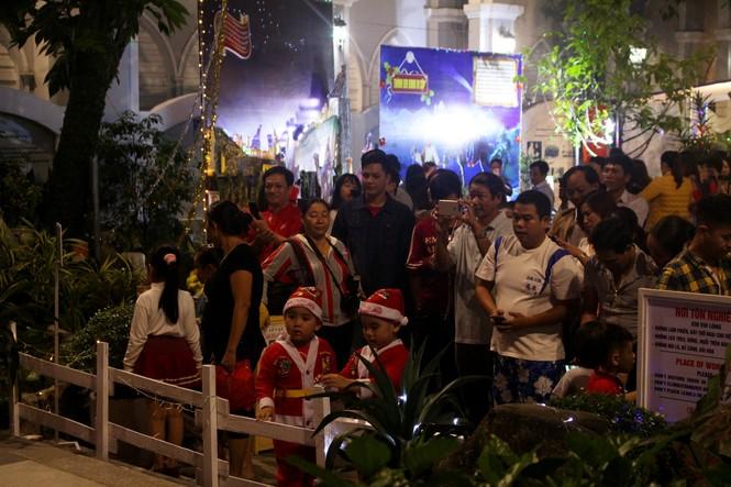 Biển người đổ về Nhà thờ Chính tòa Đà Nẵng đón Giáng sinh - ảnh 14