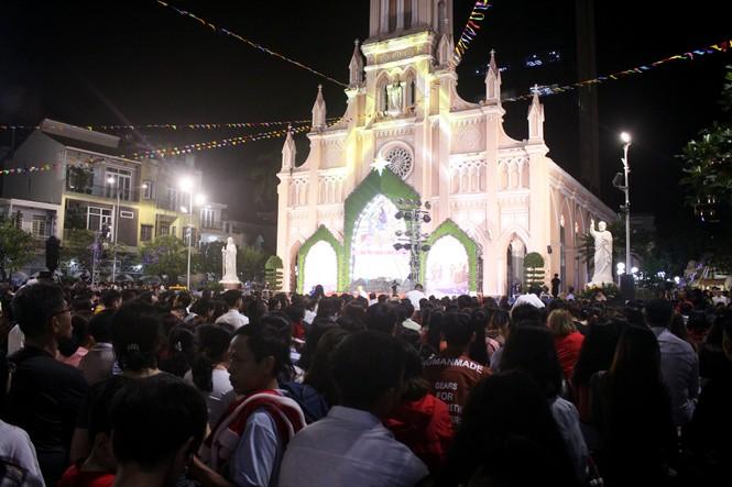 Biển người đổ về Nhà thờ Chính tòa Đà Nẵng đón Giáng sinh - ảnh 17