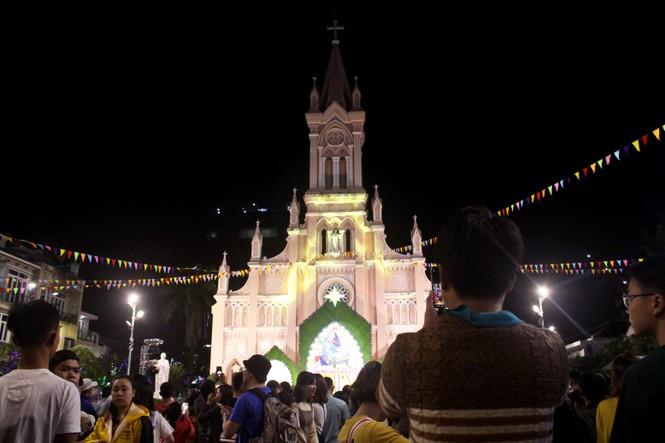 Biển người đổ về Nhà thờ Chính tòa Đà Nẵng đón Giáng sinh - ảnh 8