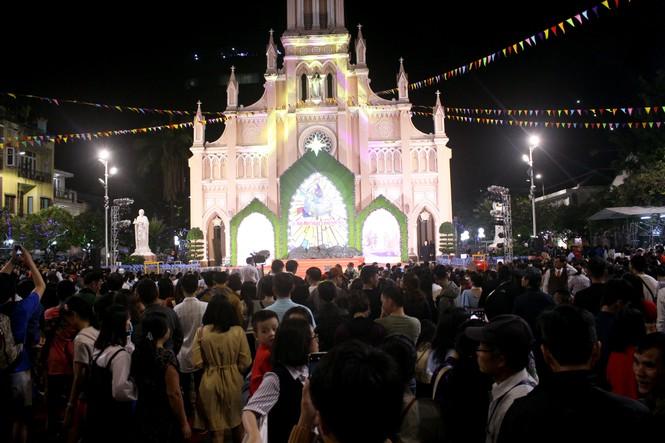 Biển người đổ về Nhà thờ Chính tòa Đà Nẵng đón Giáng sinh - ảnh 9
