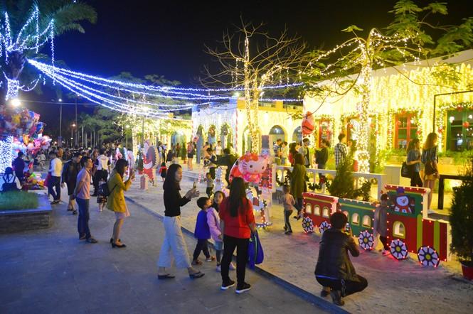 Biển người đổ về Nhà thờ Chính tòa Đà Nẵng đón Giáng sinh - ảnh 3