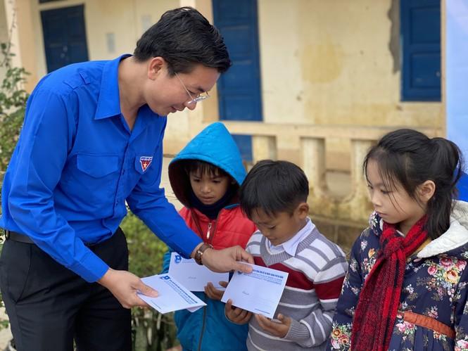 Mang đông ấm đến với trẻ em vùng núi Quảng Bình, Quảng Trị - ảnh 2