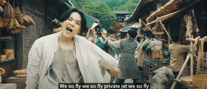 """HOT: Suga (BTS) đánh úp ARMY với MV """"Daechwita"""" và dàn cameo """"cây nhà lá vườn"""" cực chất  - ảnh 3"""
