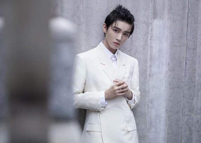 C-Biz tuần qua: Triệu Lệ Dĩnh, Vương Tuấn Khải đẹp ngút ngàn trong sự kiện của Dior - ảnh 2
