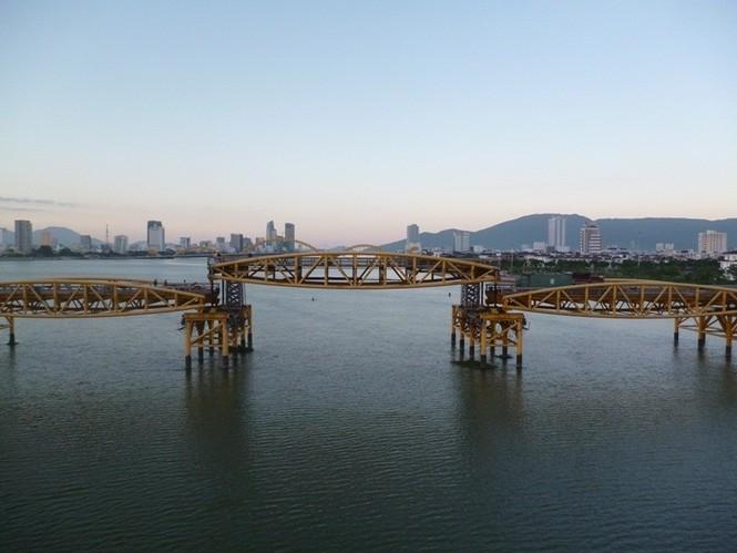 Bão số 5 đổ bộ, người dân Đà Nẵng sửng sốt trước màn biến hình của cây cầu lịch sử - ảnh 5