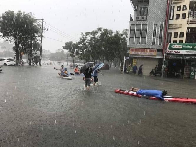Đà Nẵng: Mưa như trút nước, đường phố thành sông, người dân vô tư bắt cá giữa đường - ảnh 4