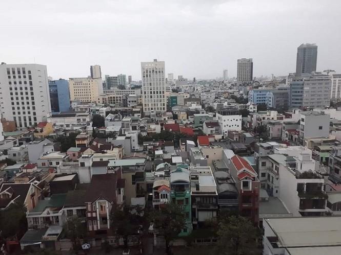 Dù khá ngổn ngang nhưng Đà Nẵng đã bình yên sau khi bão số 13 đi qua - ảnh 6