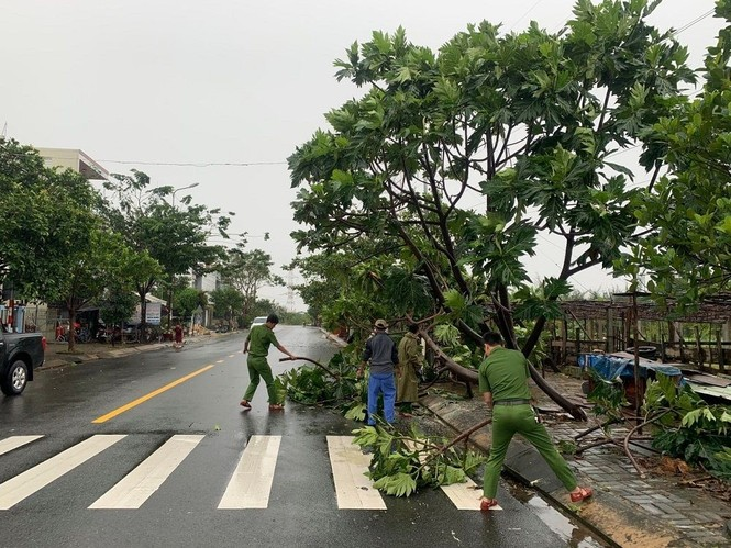 Dù khá ngổn ngang nhưng Đà Nẵng đã bình yên sau khi bão số 13 đi qua - ảnh 1