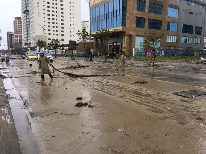 Dù khá ngổn ngang nhưng Đà Nẵng đã bình yên sau khi bão số 13 đi qua - ảnh 3