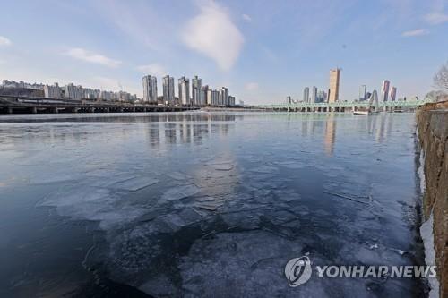 """Hàn Quốc lạnh đến mức sông Hàn hóa """"sân băng"""" khổng lồ, đến biển cũng đóng băng - ảnh 1"""