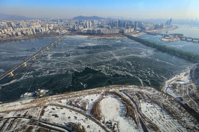 """Hàn Quốc lạnh đến mức sông Hàn hóa """"sân băng"""" khổng lồ, đến biển cũng đóng băng - ảnh 3"""