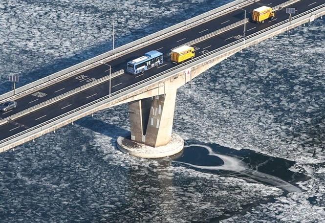 """Hàn Quốc lạnh đến mức sông Hàn hóa """"sân băng"""" khổng lồ, đến biển cũng đóng băng - ảnh 2"""