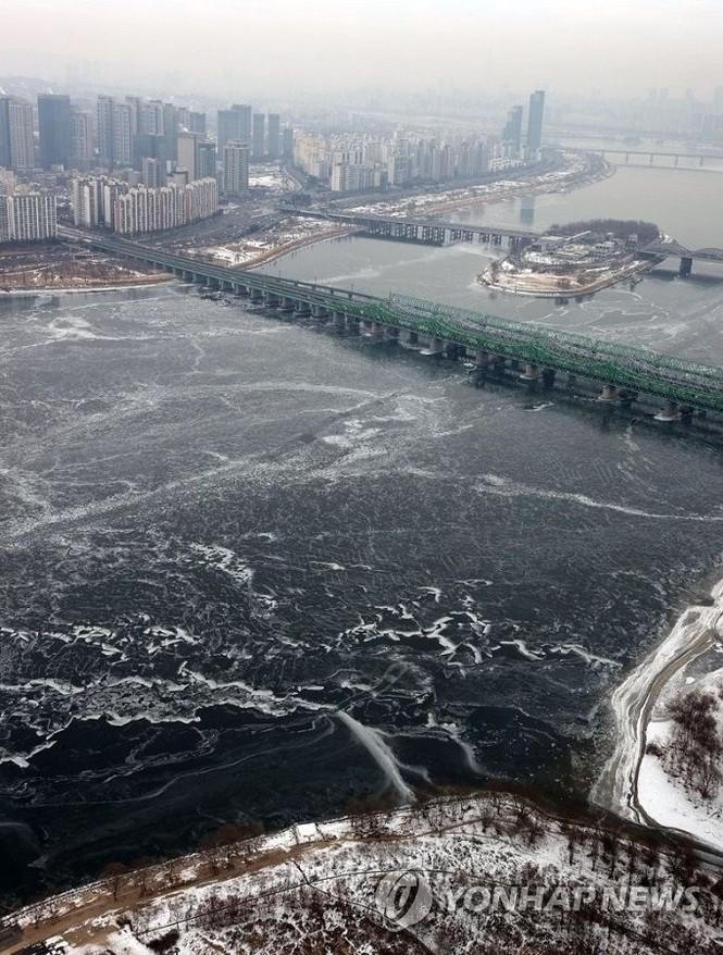 """Hàn Quốc lạnh đến mức sông Hàn hóa """"sân băng"""" khổng lồ, đến biển cũng đóng băng - ảnh 4"""