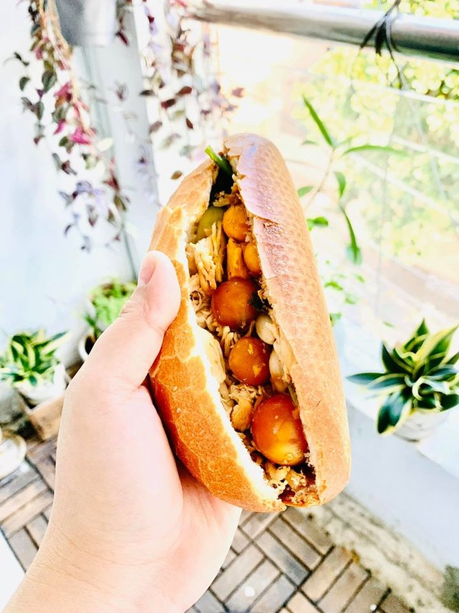 Ăn sáng cùng Sài Gòn: Liêu xiêu cùng món bánh mì gà xé trứng non lòng đào ngon dzách lầu - ảnh 1
