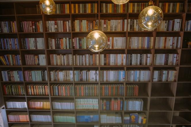 TP.HCM: Những tiệm cà phê đẹp lung linh và chứa cả một kho tàng sách hay cho bạn ghé đọc - ảnh 8