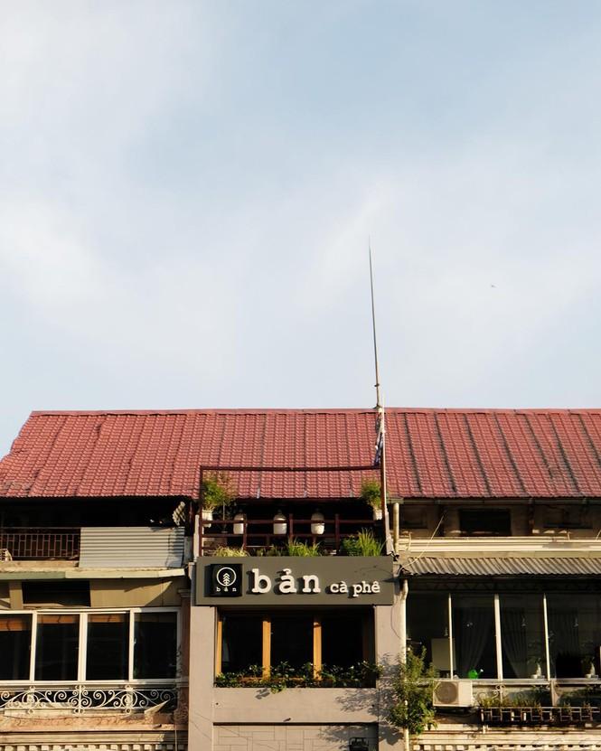 TP.HCM: Những tiệm cà phê đẹp lung linh và chứa cả một kho tàng sách hay cho bạn ghé đọc - ảnh 5