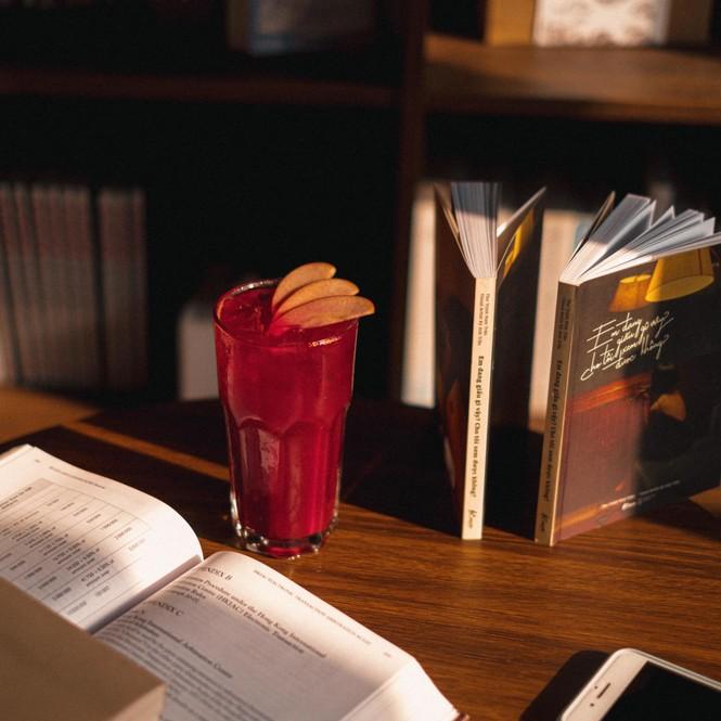 TP.HCM: Những tiệm cà phê đẹp lung linh và chứa cả một kho tàng sách hay cho bạn ghé đọc - ảnh 6