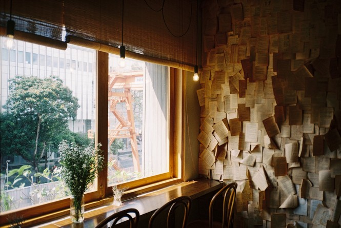 TP.HCM: Những tiệm cà phê đẹp lung linh và chứa cả một kho tàng sách hay cho bạn ghé đọc - ảnh 9