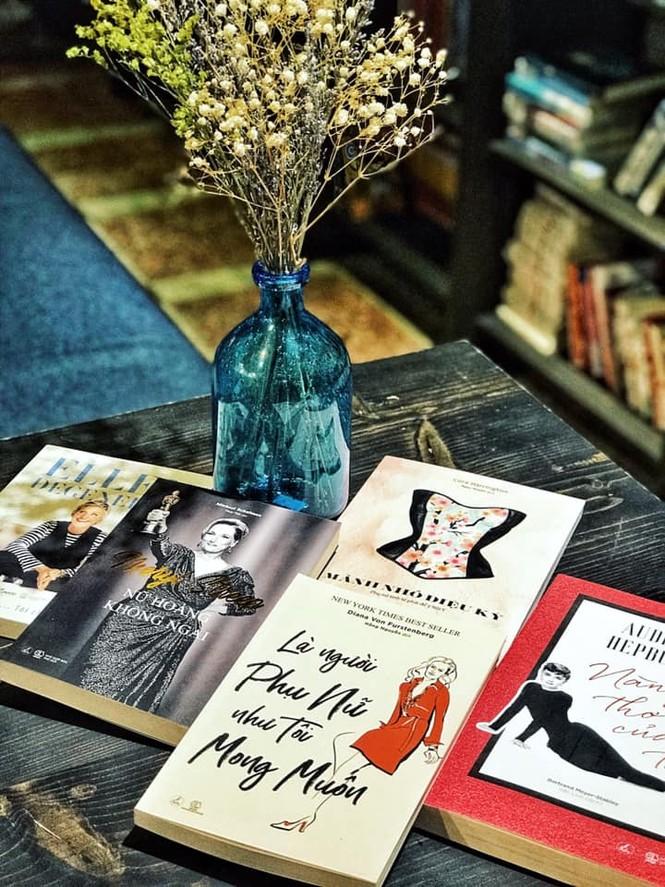 TP.HCM: Những tiệm cà phê đẹp lung linh và chứa cả một kho tàng sách hay cho bạn ghé đọc - ảnh 4