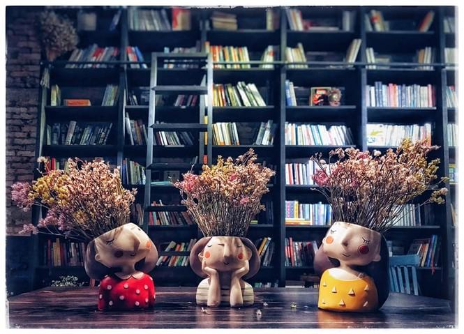TP.HCM: Những tiệm cà phê đẹp lung linh và chứa cả một kho tàng sách hay cho bạn ghé đọc - ảnh 1