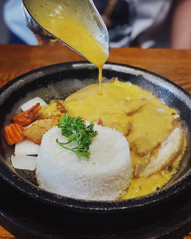 Hẹn hò Sài Gòn: Cơm gà phi lê và ốc Bắc ấm bụng trong ngày Sài Gòn mưa gió - ảnh 4