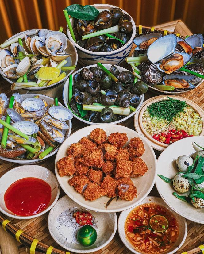 Hẹn hò Sài Gòn: Cơm gà phi lê và ốc Bắc ấm bụng trong ngày Sài Gòn mưa gió - ảnh 5