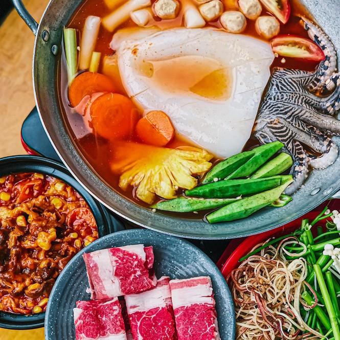 Xì xụp bên nồi lẩu Hàn Quốc Mực khổng lồ cay cay hay lẩu hải sản chua ngọt ngon nức nở? - ảnh 1