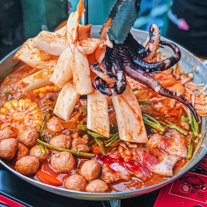 Xì xụp bên nồi lẩu Hàn Quốc Mực khổng lồ cay cay hay lẩu hải sản chua ngọt ngon nức nở? - ảnh 2