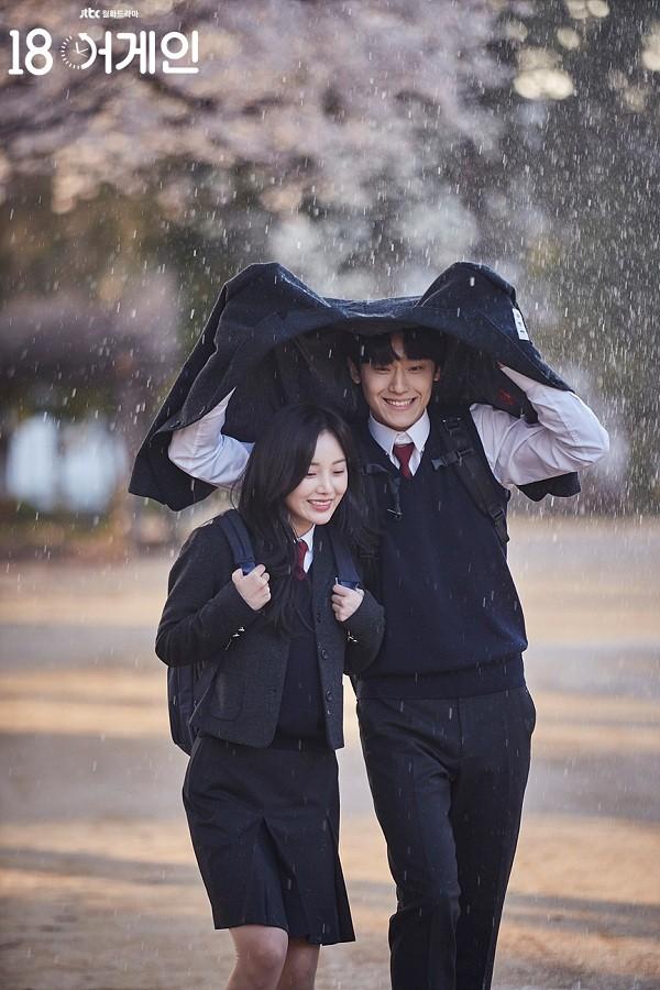 """Lee Do Hyun là """"Hoàng tử mưa"""" của """"18 Again"""", cứ quay cảnh mưa là đẹp rụng rời! - ảnh 1"""