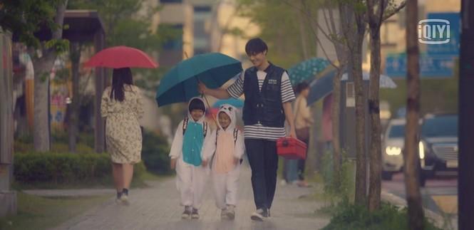 """Lee Do Hyun là """"Hoàng tử mưa"""" của """"18 Again"""", cứ quay cảnh mưa là đẹp rụng rời! - ảnh 4"""