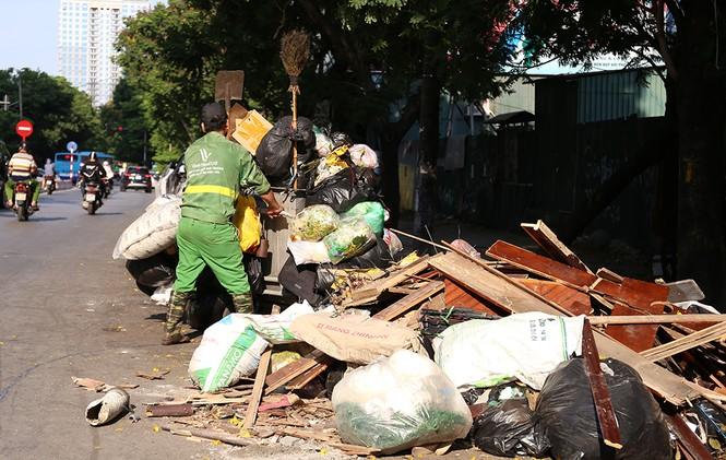 Lao công 'vật lộn' với rác thải ùn ứ, chất đống ở Hà Nội  - ảnh 7