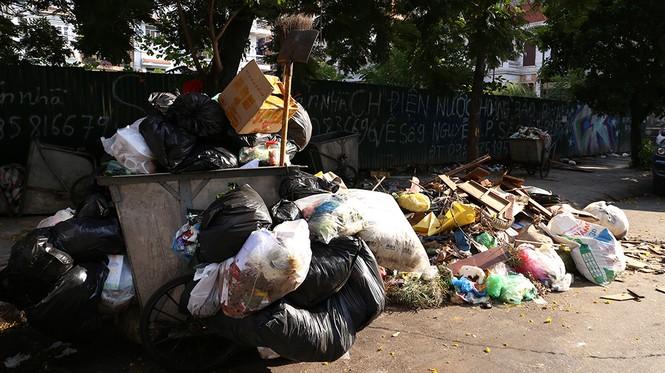 Lao công 'vật lộn' với rác thải ùn ứ, chất đống ở Hà Nội  - ảnh 8