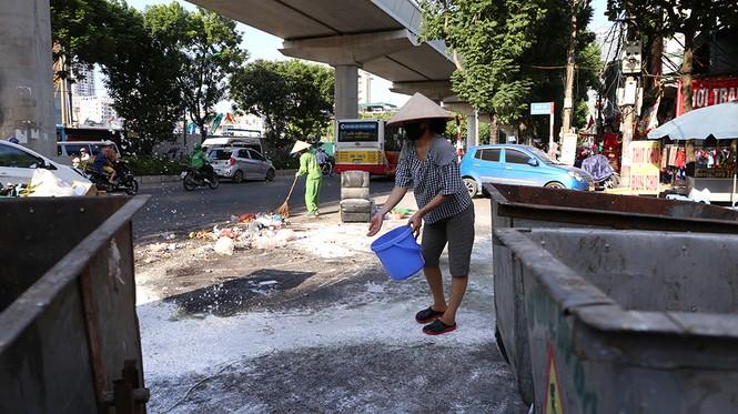 Lao công 'vật lộn' với rác thải ùn ứ, chất đống ở Hà Nội  - ảnh 10