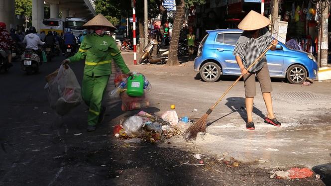 Lao công 'vật lộn' với rác thải ùn ứ, chất đống ở Hà Nội  - ảnh 11