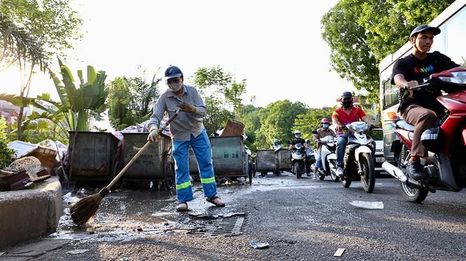 Lao công 'vật lộn' với rác thải ùn ứ, chất đống ở Hà Nội  - ảnh 1