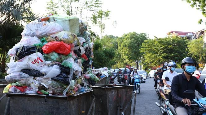 Lao công 'vật lộn' với rác thải ùn ứ, chất đống ở Hà Nội  - ảnh 2