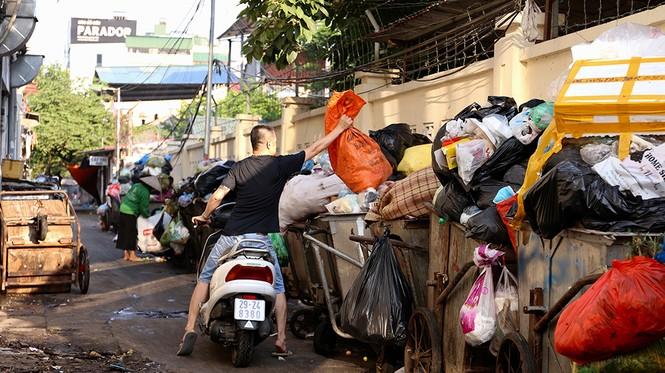 Lao công 'vật lộn' với rác thải ùn ứ, chất đống ở Hà Nội  - ảnh 3