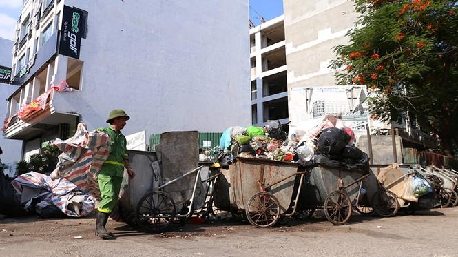 Lao công 'vật lộn' với rác thải ùn ứ, chất đống ở Hà Nội  - ảnh 4