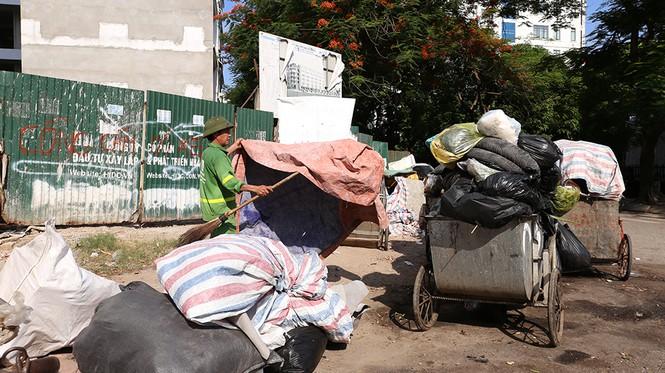 Lao công 'vật lộn' với rác thải ùn ứ, chất đống ở Hà Nội  - ảnh 5