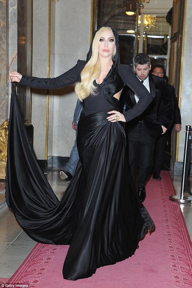 Lady Gaga cực xinh sánh bước cùng nhà thiết kế Donatella Versace - ảnh 1