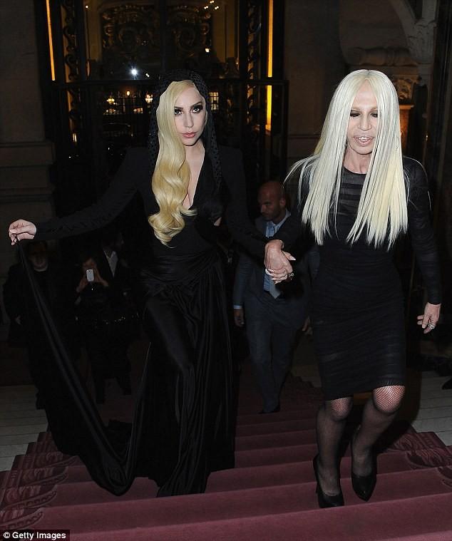 Lady Gaga cực xinh sánh bước cùng nhà thiết kế Donatella Versace - ảnh 2
