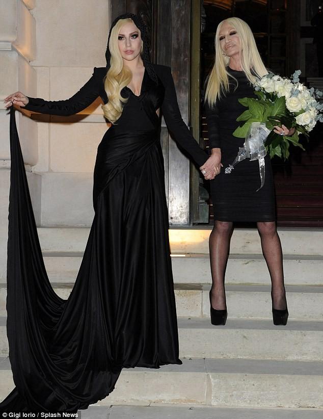 Lady Gaga cực xinh sánh bước cùng nhà thiết kế Donatella Versace - ảnh 3