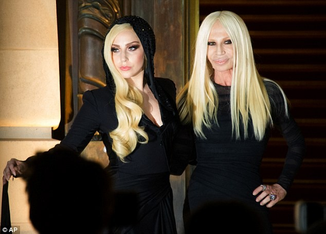 Lady Gaga cực xinh sánh bước cùng nhà thiết kế Donatella Versace - ảnh 5