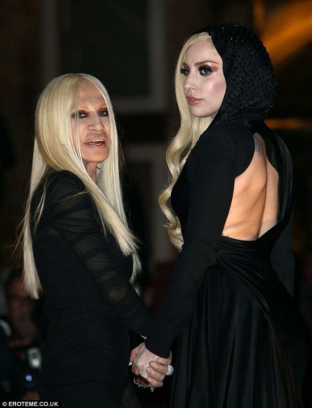 Lady Gaga cực xinh sánh bước cùng nhà thiết kế Donatella Versace - ảnh 7