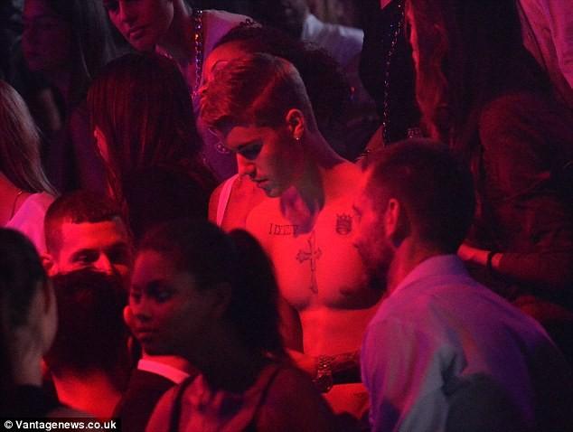 Justin Bieber cởi trần dạo phố, khoe đầy hình xăm - ảnh 8