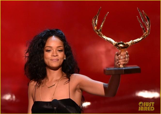 """Rihanna đoạt giải """"Người phụ nữ được khao khát nhất"""" 2014 - ảnh 4"""