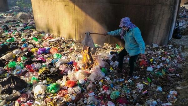 Bãi rác ngập dưới chân cầu Thăng Long là từ đâu? - ảnh 9