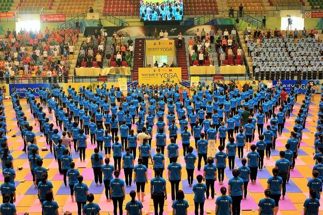 Gần 2000 người tham dự ngày Quốc tế Yoga tại Hà Nội - ảnh 1