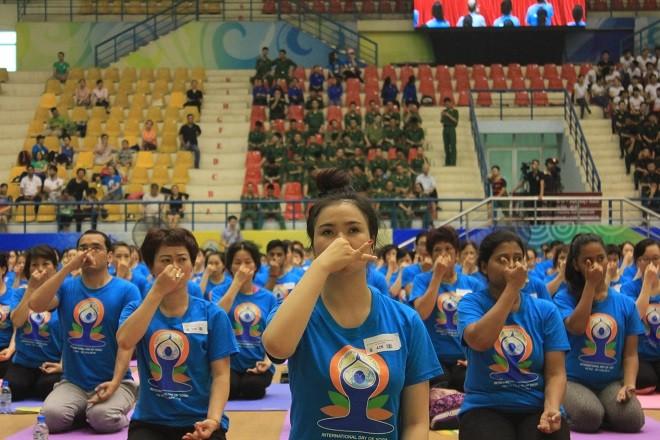 Gần 2000 người tham dự ngày Quốc tế Yoga tại Hà Nội - ảnh 11
