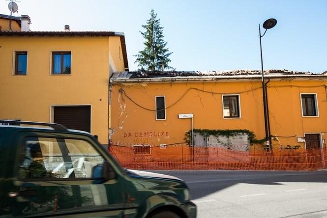 Lạnh người với 'thị trấn ma' ở Italy sau thảm hỏa động đất - ảnh 13